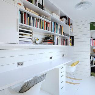 Idee per uno studio scandinavo con pareti bianche, scrivania incassata e pavimento bianco