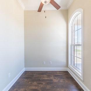 ニューオリンズの中サイズのトラディショナルスタイルのおしゃれな書斎 (ベージュの壁、ラミネートの床、暖炉なし、茶色い床) の写真