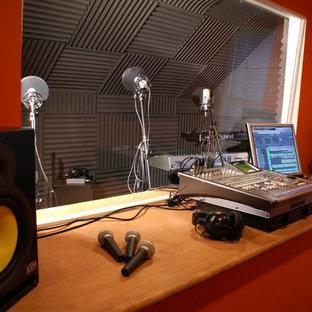 Diseño de estudio clásico, pequeño, sin chimenea, con paredes rojas, moqueta y escritorio empotrado