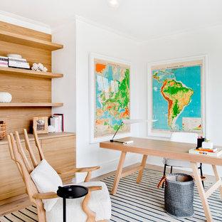 Exemple d'un grand bureau scandinave avec un mur blanc, un sol en bois clair, un bureau indépendant, un sol beige et aucune cheminée.