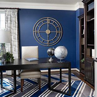 Modern inredning av ett arbetsrum, med blå väggar