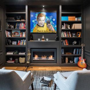 他の地域の中くらいのモダンスタイルのおしゃれな書斎 (黒い壁、淡色無垢フローリング、横長型暖炉、金属の暖炉まわり、自立型机、ベージュの床) の写真