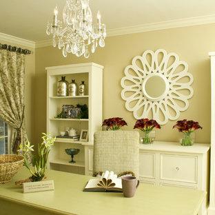 Ejemplo de despacho actual con paredes beige y escritorio independiente
