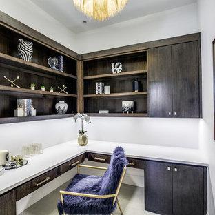 ダラスの中サイズの地中海スタイルのおしゃれな書斎 (白い壁、磁器タイルの床、造り付け机、暖炉なし、グレーの床) の写真