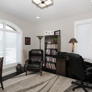 Ispirazione per un ufficio classico di medie dimensioni con pareti grigie, parquet scuro, scrivania autoportante e pavimento nero