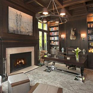 Esempio di uno studio minimal di medie dimensioni con pareti grigie, parquet scuro, camino classico, cornice del camino in pietra, scrivania autoportante e pavimento marrone
