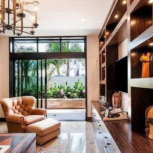 ロサンゼルスの巨大なコンテンポラリースタイルのおしゃれな書斎 (白い壁、大理石の床、暖炉なし、ベージュの床) の写真