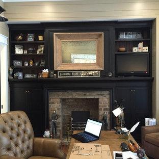 Esempio di un ufficio country di medie dimensioni con pareti bianche, scrivania autoportante, camino classico e cornice del camino in mattoni