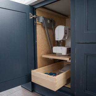 Свежая идея для дизайна: кабинет среднего размера в стиле кантри с местом для рукоделия, серыми стенами, паркетным полом среднего тона, встроенным рабочим столом и коричневым полом без камина - отличное фото интерьера