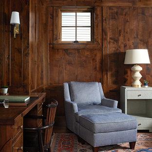 Diseño de despacho costero, de tamaño medio, con paredes marrones, suelo de madera en tonos medios, escritorio empotrado y suelo marrón