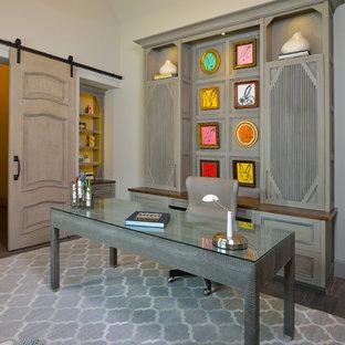 Idee per un ufficio classico di medie dimensioni con pareti grigie, pavimento in legno massello medio, camino classico, cornice del camino in pietra, scrivania autoportante e pavimento grigio