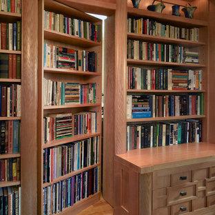 サンフランシスコの中くらいのアジアンスタイルのおしゃれなホームオフィス・書斎 (淡色無垢フローリング、ライブラリー、茶色い壁、暖炉なし、ベージュの床) の写真