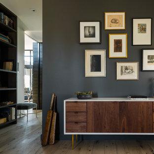 Idéer för ett modernt arbetsrum, med ljust trägolv