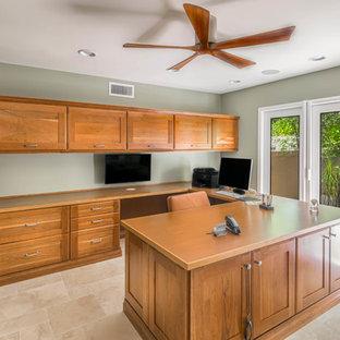 フェニックスの大きいトラディショナルスタイルのおしゃれな書斎 (緑の壁、トラバーチンの床、暖炉なし、造り付け机) の写真