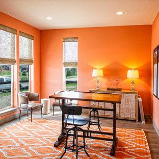 Ispirazione per un atelier country di medie dimensioni con pareti arancioni e parquet scuro