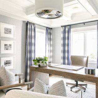 На фото: кабинет в морском стиле с серыми стенами, кессонным потолком и обоями на стенах с