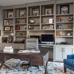 ダラスの中くらいのトランジショナルスタイルのおしゃれな書斎 (グレーの壁、濃色無垢フローリング、自立型机、暖炉なし) の写真