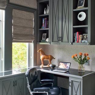シカゴのトランジショナルスタイルのおしゃれな書斎 (グレーの壁、カーペット敷き、造り付け机、緑の床) の写真