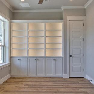 ダラスの中くらいのトランジショナルスタイルのおしゃれな書斎 (グレーの壁、クッションフロア、暖炉なし、自立型机、茶色い床) の写真