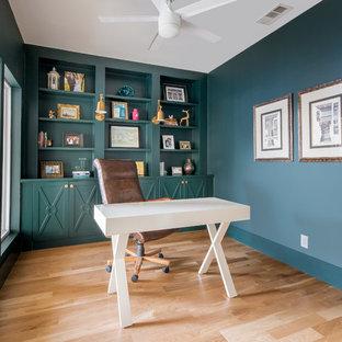 ダラスのトランジショナルスタイルのおしゃれな書斎 (緑の壁、淡色無垢フローリング、暖炉なし、自立型机、ベージュの床) の写真