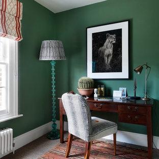 Idee per un ufficio boho chic con pareti verdi, pavimento in cemento, scrivania autoportante e pavimento grigio