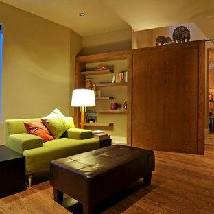 Ispirazione per un ufficio minimalista di medie dimensioni con pavimento in legno massello medio, nessun camino e scrivania incassata