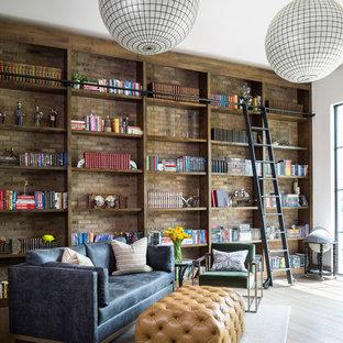 Idee per un ampio studio bohémian con libreria, pareti bianche, nessun camino, pavimento in legno massello medio e pavimento marrone