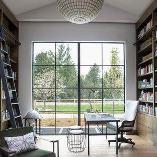 デンバーの巨大なエクレクティックスタイルのおしゃれなホームオフィス・仕事部屋 (ライブラリー、白い壁、淡色無垢フローリング、暖炉なし、自立型机、ベージュの床) の写真