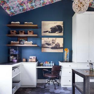 Foto di una grande stanza da lavoro eclettica con pareti blu, pavimento con piastrelle in ceramica, nessun camino, scrivania incassata e pavimento grigio