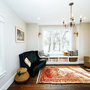 オースティンの中サイズのカントリー風おしゃれなホームオフィス・仕事部屋 (ライブラリー、竹フローリング、自立型机、茶色い床) の写真