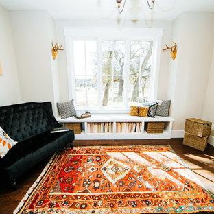 Inspiration för ett mellanstort lantligt arbetsrum, med ett bibliotek, bambugolv, ett fristående skrivbord och brunt golv
