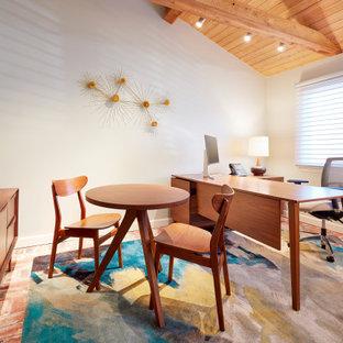 Diseño de despacho retro, de tamaño medio, con paredes blancas, escritorio independiente y suelo de ladrillo