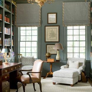 アトランタの中くらいのトラディショナルスタイルのおしゃれな書斎 (緑の壁、自立型机) の写真