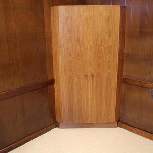 Inspiration för mellanstora moderna hemmabibliotek, med beige väggar, linoleumgolv, ett inbyggt skrivbord och vitt golv