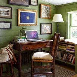 オースティンのカントリー風おしゃれなホームオフィス・仕事部屋 (緑の壁、淡色無垢フローリング、自立型机) の写真
