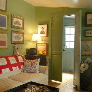 オースティンのカントリー風おしゃれなホームオフィス・書斎 (緑の壁、無垢フローリング) の写真