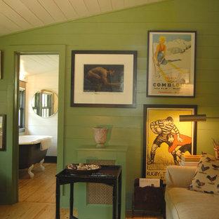 オースティンのシャビーシック調のおしゃれなホームオフィス・仕事部屋 (緑の壁、ベージュの床) の写真