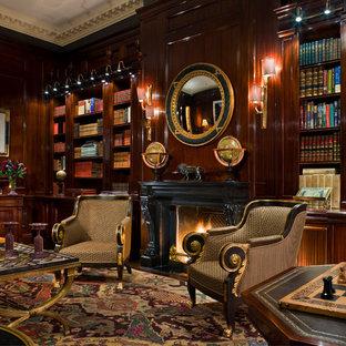 Inspiration för ett mycket stort vintage hemmabibliotek, med bruna väggar, heltäckningsmatta och en standard öppen spis