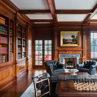 Modelo de despacho tradicional, grande, con paredes marrones, suelo de madera oscura, todas las chimeneas, marco de chimenea de piedra y suelo marrón