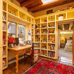 アルバカーキのサンタフェスタイルのおしゃれなホームオフィス・仕事部屋の写真