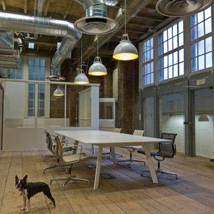 Ispirazione per un ampio studio industriale con scrivania autoportante