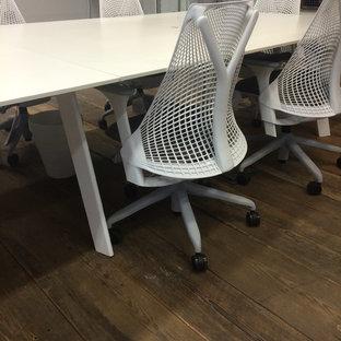 Immagine di un ampio studio industriale con scrivania autoportante