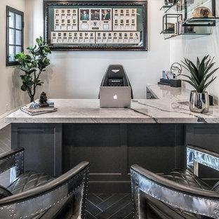 Immagine di un grande studio minimal con pareti beige, pavimento in gres porcellanato, nessun camino, scrivania autoportante e pavimento nero