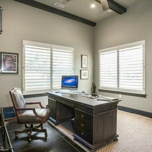 ソルトレイクシティの大きいラスティックスタイルのおしゃれな書斎 (グレーの壁、磁器タイルの床、暖炉なし、自立型机、黒い床) の写真