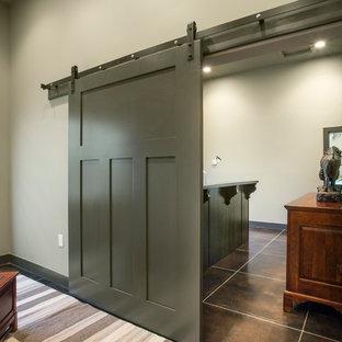 ソルトレイクシティの大きいラスティックスタイルのおしゃれな書斎 (グレーの壁、磁器タイルの床、暖炉なし、造り付け机、黒い床) の写真