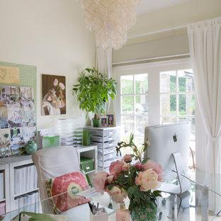 ロサンゼルスのトラディショナルスタイルのおしゃれなホームオフィス・書斎 (白い壁、トラバーチンの床、暖炉なし、自立型机) の写真