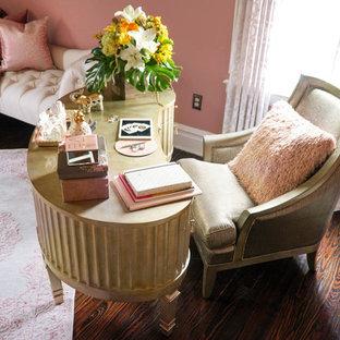 Idéer för ett klassiskt arbetsrum, med rosa väggar, mörkt trägolv och ett fristående skrivbord