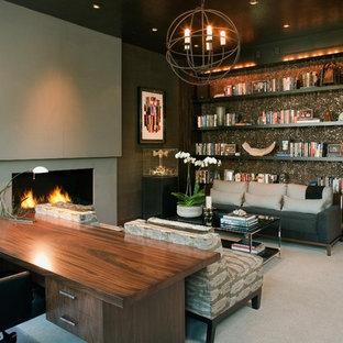 Modernes Arbeitszimmer mit Teppichboden und freistehendem Schreibtisch in San Diego