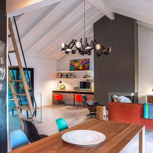 ロサンゼルスの中くらいのエクレクティックスタイルのおしゃれなホームオフィス・書斎 (白い壁、淡色無垢フローリング、漆喰の暖炉まわり、造り付け机、標準型暖炉) の写真