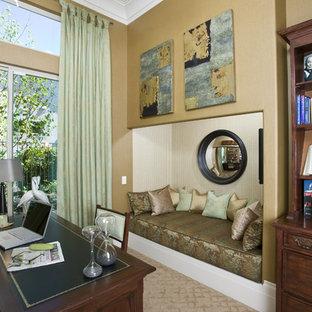 サクラメントの中サイズのコンテンポラリースタイルのおしゃれなホームオフィス・仕事部屋 (カーペット敷き、自立型机、ベージュの壁) の写真